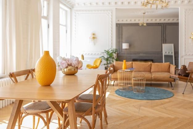 Interni di lusso di uno spazioso appartamento in un'antica casa storica del xix secolo con mobili moderni. il soffitto e le pareti alti sono decorati con stucchi