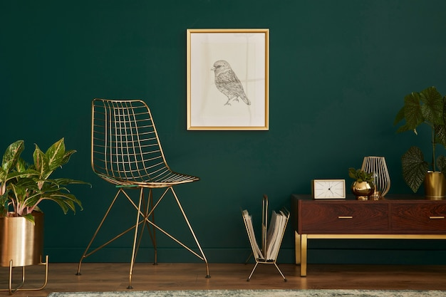 Interni di lusso con sedia elegante, comò in legno, cornice, piante, moquette, decorazioni in oro ed eleganti accessori personali. soggiorno moderno in casa classica.
