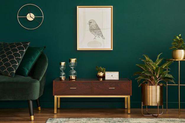 Interni di lusso con elegante divano in velluto, comò in legno, cornice per poster mock up, piante, decorazioni dorate ed eleganti accessori personali. soggiorno moderno in casa classica. modello.
