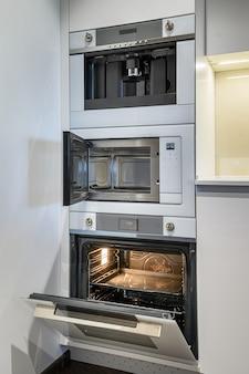 Cucina di lusso con interni dal design minimalista