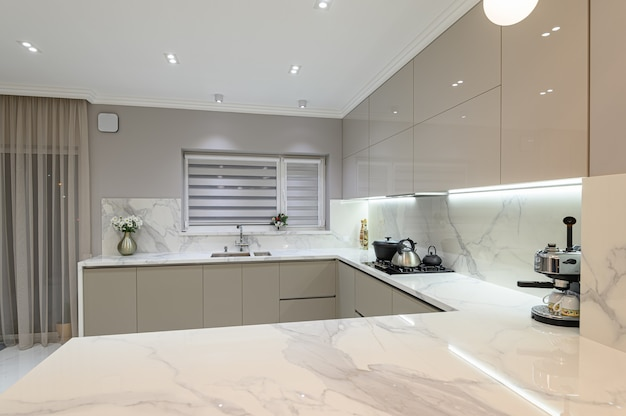 Lusso grande cucina moderna in marmo bianco unita alla sala da pranzo