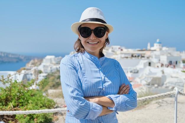 Vacanza mediterranea di lusso della donna matura