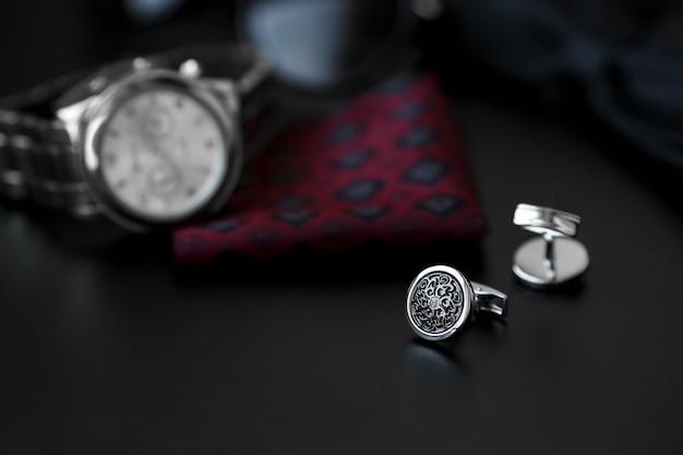 Gemelli da uomo di lusso con orologio, gemelli e occhiali da sole