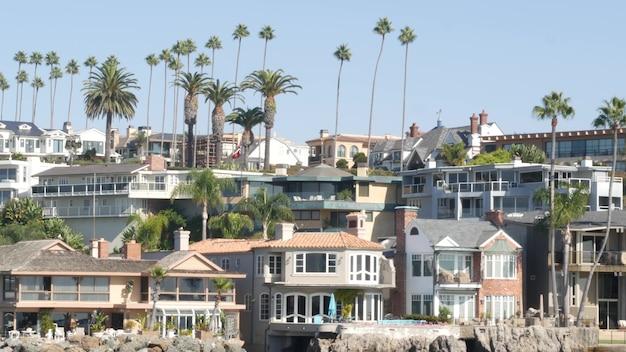 Proprietà di lusso, immobiliare fronte mare sulla costa dell'oceano pacifico, newport beach harbour, california, usa.