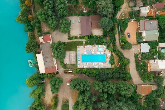 Immobile di lusso sulla riva di uno stagno azzurro vista dall'alto drone shot