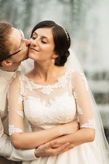 Sposa e sposo felici romantici di lusso che celebrano il matrimonio sulla vecchia città soleggiata