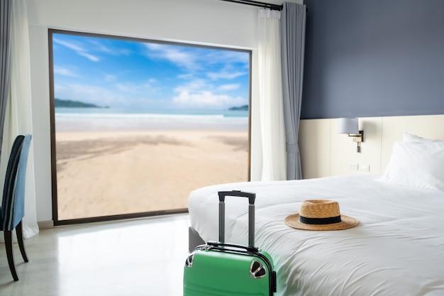 Camera d'albergo di lusso con vista sul mare con bagaglio, concetto di viaggio