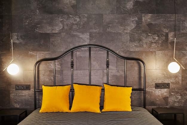Appartamento monolocale di lusso con una disposizione libera in stile loft nei colori scuro e giallo