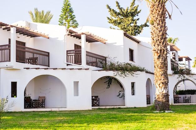 Villa di lusso resort interni all'aperto. edificio moderno e bellissimo resort hotel di lusso