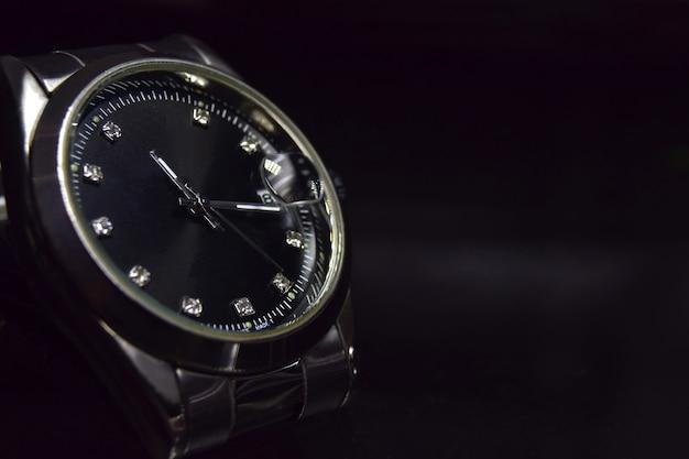 Orologi di lusso. elegante orologio da polso su superficie nera con copia spazio