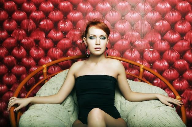 Donna di lusso sulla sedia