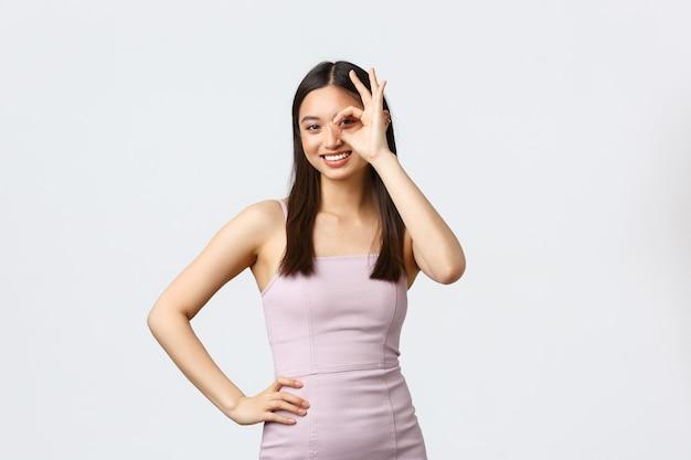 Donne di lusso, festa e concetto di vacanze. fiduciosa bella donna asiatica in abito da sera che dice nessun problema, garantisce tutto bene