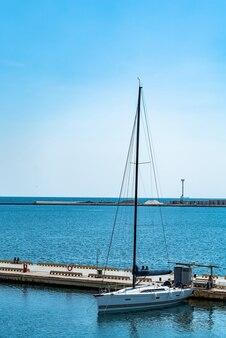 Yacht di lusso ancorato nel porto.
