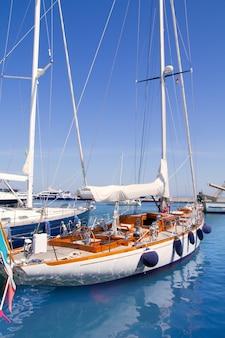 Yacht di lusso nel porto turistico di formentera