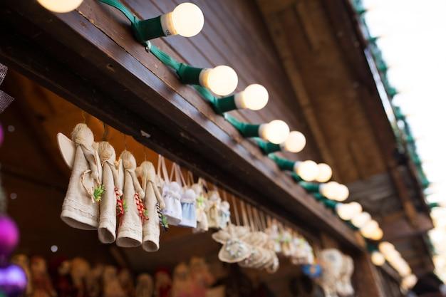 Lviv, ucraina - 1° gennaio 2017: souvenir di natale in tessuto alla fiera di capodanno nella piazza centrale di lviv, ucraina il 1° gennaio 2017