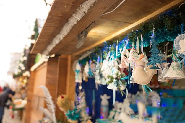 Lviv, ucraina - 1° gennaio 2017: fiera di capodanno nella piazza centrale di lviv a gennaio. vendita di giocattoli tradizionali di natale il 1° gennaio 2017 a lvov, ucraina