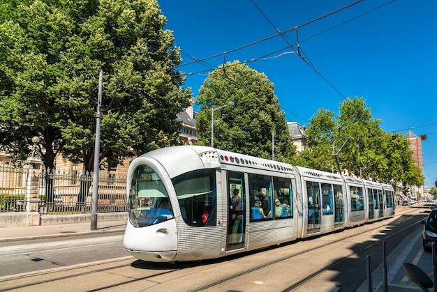 Lione, francia - 11 luglio 2018: tram alstom citadis 302 in rue servient a lione