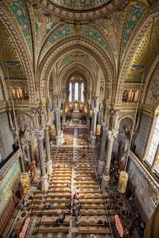 Lione, francia - 6 settembre: basilica rinnovata di fourviere il 6 settembre 2015 a lione, francia. la collina e la basilica di fourviere sono il luogo più visitato di lione.