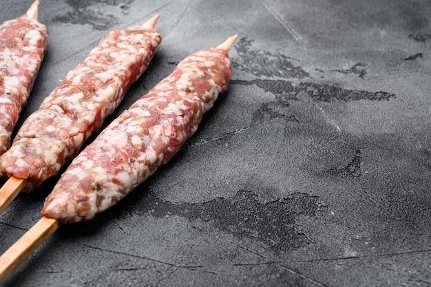 Lyulya kebab, piatto di carne per set da cucina, su sfondo di tavolo in pietra grigia, con spazio di copia per il testo