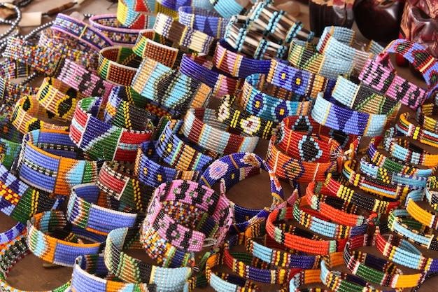 Gioielli artigianali maasai e decorazioni etniche