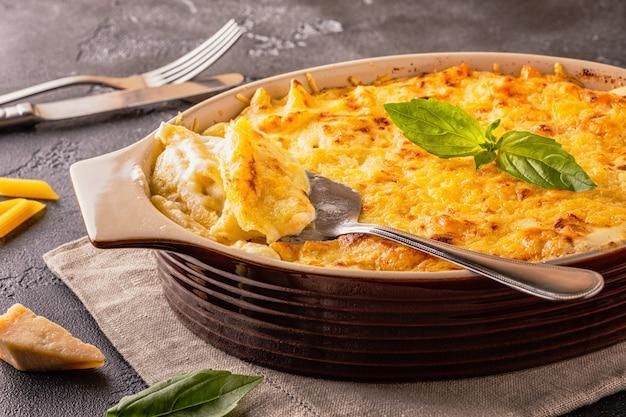Mac e formaggio, pasta di maccheroni in stile americano in salsa di formaggio, fuoco selettivo.