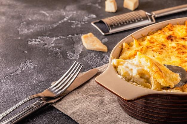 Maccheroni all'americana con mac e formaggio in salsa di formaggio