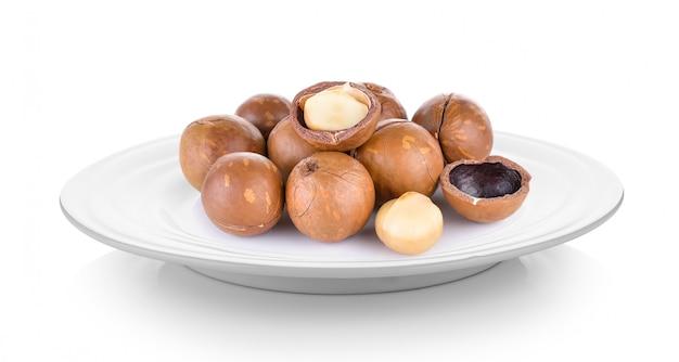 Noce di macadamia in zolla su spazio bianco