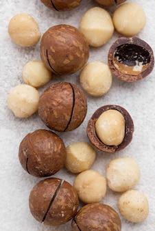 Noci di macadamia all'interno di rotoli di cioccolato