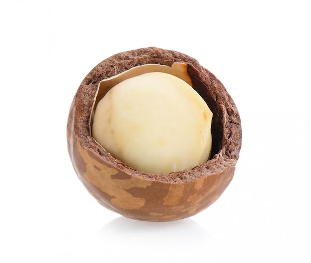 Noci di macadamia isolate su superficie bianca.