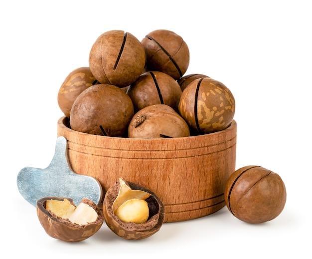 Noci di macadamia nel piatto di legno