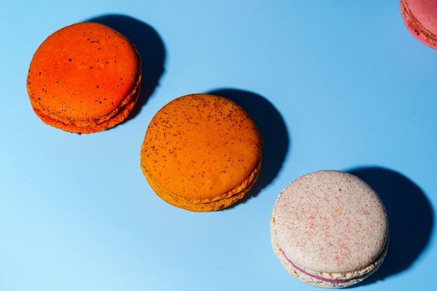 Torta di macaron o amaretti e dolci francesi colorati
