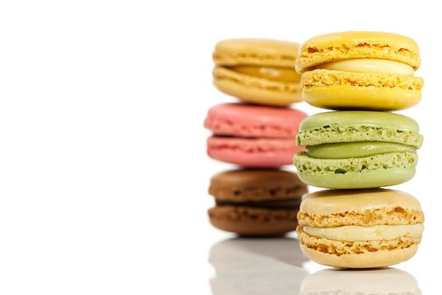 Macaron. macarons colorati francesi tradizionali si chiudono su, macro isolata su bianco