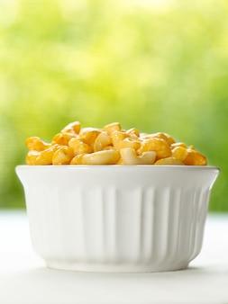 Maccheroni e formaggio in una ciotola bianca
