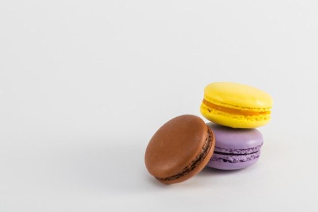 Maccheroni cookie francese su sfondo bianco. foto in studio