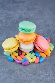 Biscotti maccheroni di diversi colori posti su gelatine