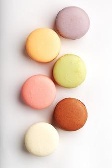 Biscotti di maccheroni di diversi colori su uno sfondo bianco, isolato.