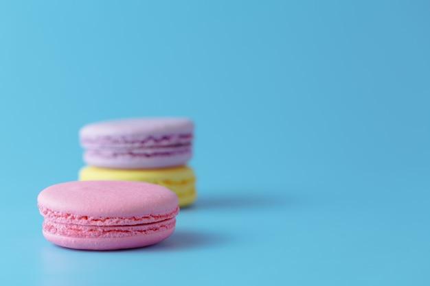 Macarons su sfondo blu con spazio per copia spazio