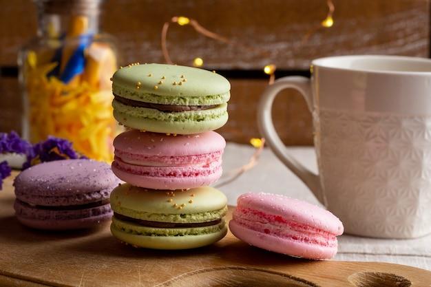 Macarons e tazza di caffè sulla tavola di legno