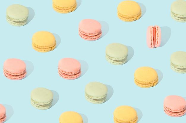 Macarons in diversi colori pastello disposti secondo uno schema. concetto di torta di cibo dolce