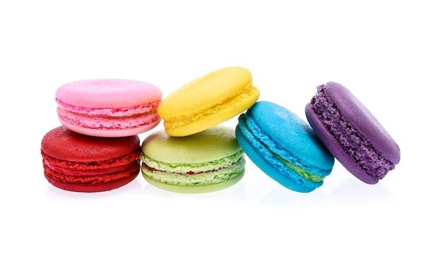 Macarons isolati su sfondo bianco