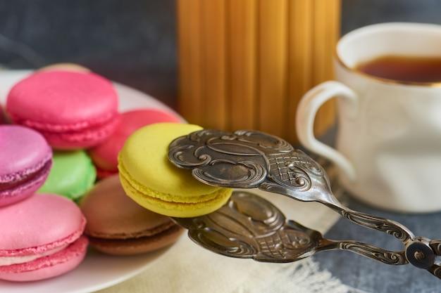 Torte di amaretto su un piatto e vecchie pinze per torte Foto Premium