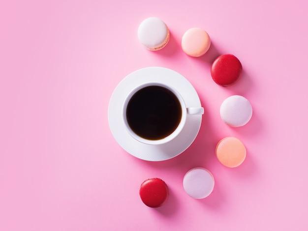Amaretti e tazza di caffè sul rosa