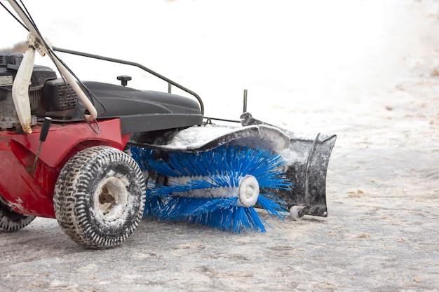 Macchina per la pulizia della neve su una strada cittadina pulisce la strada