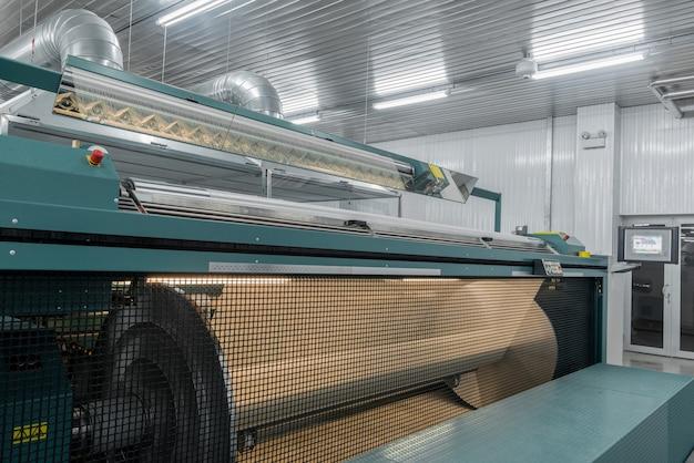 La macchina evapora il filato tessile. macchinari e attrezzature in una fabbrica tessile