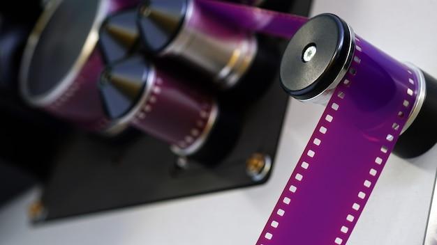 La macchina sta eseguendo la scansione di una pellicola da 35 mm in digitale primo piano della scansione della pellicola cinematografica
