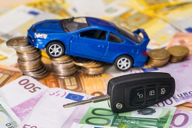 La macchina, le chiavi, le monete sono in tagli in euro