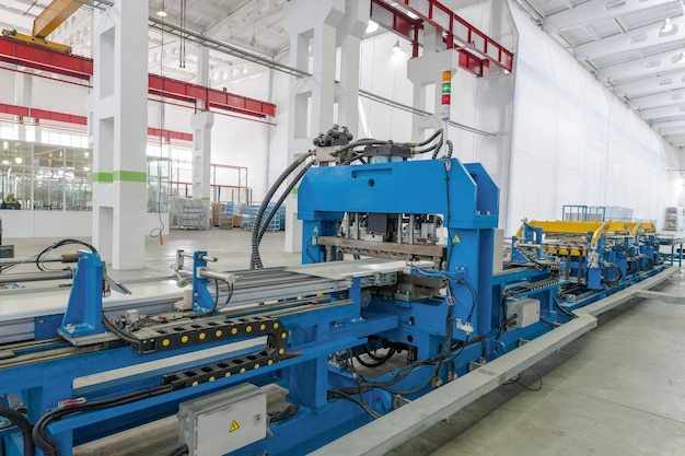 Macchina per la fabbricazione di parti metalliche per frigorifero. macchinari per materie plastiche