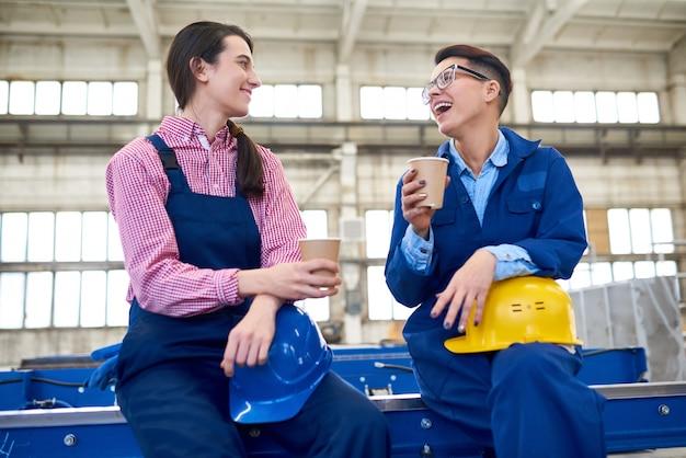 Operatori meccanici che hanno pausa caffè