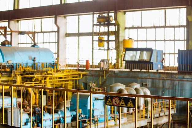 Sala macchine in centrale termica con generatori e turbine elettrici