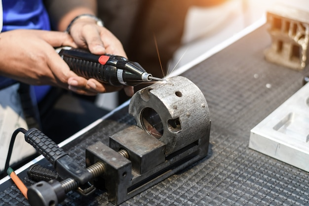 Macchina utensile in fabbrica di metallo con macchine per foratura cnc